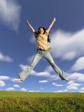Springen Sie Mädchen mit dem Haar auf Himmel 2 Stockbilder