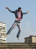 Springen Sie Mann in der Stadt stockfotos