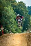 Springen Sie mit einer Mountainbike Stockbild