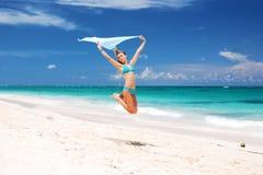Springen Sie mit Sarong Stockfotografie