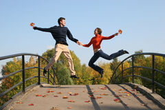 Springen Sie Paare Lizenzfreie Stockfotos