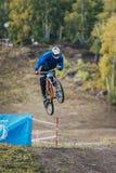 Springen Sie Skirennläufer auf der Mountainbike Stockfotografie