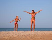 Springen Sie am Sonnenuntergang Lizenzfreies Stockfoto