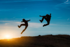 Springen Sie am Sonnenuntergang Lizenzfreies Stockbild