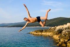 Springen Sie vom Felsen Lizenzfreies Stockfoto
