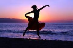 Springen am Sonnenuntergang Stockbild