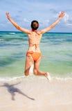 Springen am Strand Lizenzfreie Stockbilder