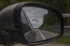 Springen, um einen Frisbee, unscharfen Hintergrund abzufangen Ansicht des Waldwegs durch den Seitenspiegel des Autos lizenzfreie stockfotografie
