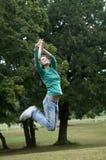Springen, zum eines Frisbee abzufangen lizenzfreies stockbild