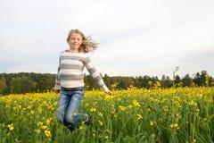 Springend gelukkig meisje openlucht Stock Afbeeldingen