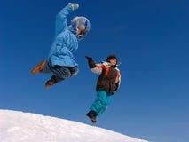 Springend jongen en meisje royalty-vrije stock foto's