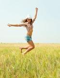 Springend meisje bij gebied royalty-vrije stock afbeelding