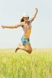 Springend meisje bij gebied stock foto's