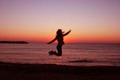 Springend meisje - silhouet Stock Afbeelding