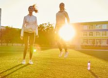 Springend meisje ter plekke in backlight, geschiktheid in de ochtend Sport, Levitatie Royalty-vrije Stock Foto's