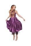 Springend meisje in violette kleding Royalty-vrije Stock Fotografie