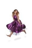 Springend meisje in violette kleding Stock Afbeelding