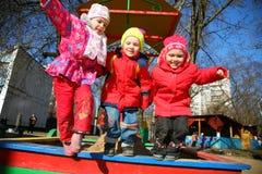 Springend team in kindergarten2 stock foto