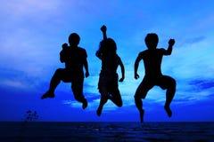 Springend team in zonsondergangtijd Royalty-vrije Stock Afbeelding