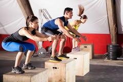 Springende Übungen an einer Turnhalle Stockfotos