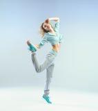 Springende Athletenfrau mit perfektem Körper Stockbilder
