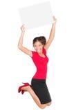 Springende aufgeregte Frau, die Zeichen zeigt Stockfotos
