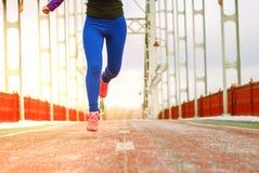 Springende Beine auf st?dtischem Stadthintergrund Träumerische und infantile Persönlichkeit, Leichtigkeit und Hoffnung, fliegen z lizenzfreie stockbilder