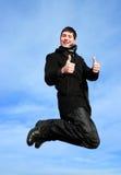 Springende Daumen des jungen Mannes oben Lizenzfreie Stockfotos