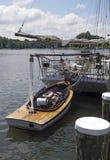 Springende Fische Pushboat Lizenzfreies Stockfoto