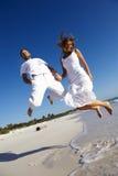 Springende Flitterwochen-Paare Stockbild