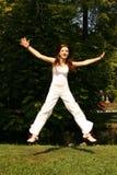 Springende Frau lizenzfreie stockbilder
