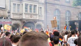 Springende gelukkige menigte van mannen lesbisch en vrolijke vrouwenmensen stock video