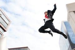 Springende jonge bedrijfsmens Royalty-vrije Stock Foto's