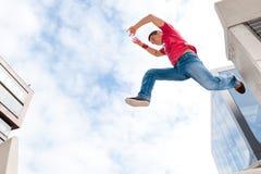Springende jonge mens Royalty-vrije Stock Foto's