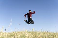 Springende jonge mens stock foto's