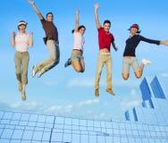 Springende jonge mensengroep op stadsgebouwen Stock Afbeelding