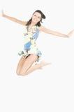Springende jonge vrouw Stock Fotografie