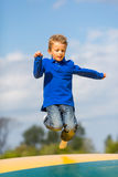 Springende jongen Stock Foto's