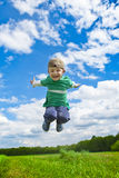 Springende jongen buiten Stock Fotografie