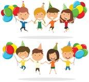 Springende jongens en jongens die kleurrijke verpakte giftdozen en B dragen Stock Foto's