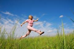 Springende junge Frau Lizenzfreies Stockfoto