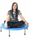 Springende junge Frau auf der Trampoline Lizenzfreies Stockfoto