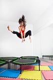 Springende junge Frau auf einer Trampoline Lizenzfreies Stockfoto