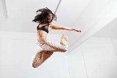 Springende junge Frau auf einer Trampoline Stockfotografie