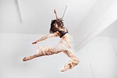 Springende junge Frau auf einer Trampoline Stockfoto