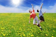 Springende Jungen stockfoto