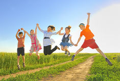 Springende Kinder Stockfoto