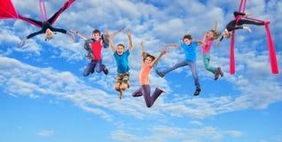 Springende Kinder des glücklichen Tanzens im Himmel Lizenzfreies Stockbild
