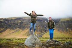 Springende Leute auf dem Gebiet Lizenzfreies Stockbild