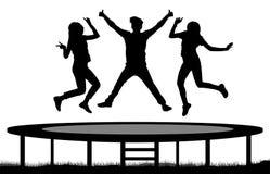 Springende Leute auf einer Trampoline silhouettieren, springen Freunde stock abbildung